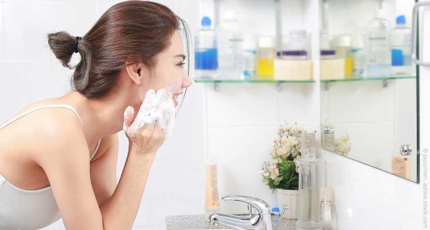 Teenager reinigt das Gesicht